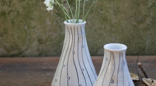 Zwei Ton Vasen auf einem Holztisch