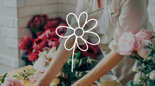 Frau dabei einen Blumenstrauß zu binden, darüber das Symbol einer Blume