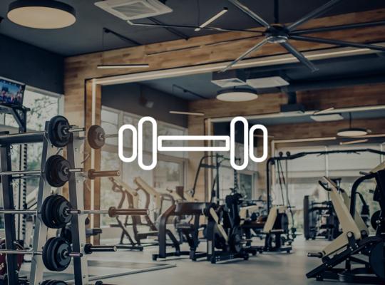 Foto eine Fitnessstudio mit Hanteln und Cardiogeräten, darüber ein Symbol einer Hantel