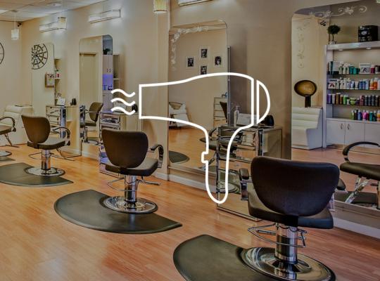 Sitze in einem Friseur Salon, darüber das Symbol eines Föhns