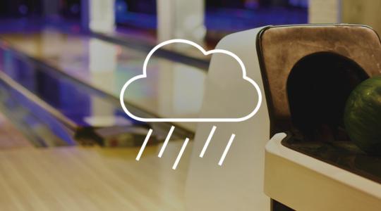 Foto einer Bowlingbahn, davor ein Symbol von einer Regenwolke