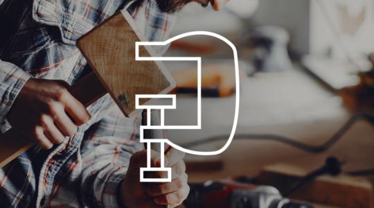 Mann arbeitet in Holzwerkstatt, darüber ein Symbol einer Schraubzwinge