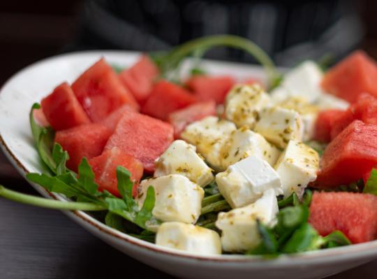 grüner frischer Salat mit Schafskäse und Wassermelonen Würfeln