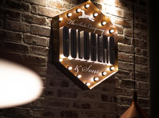 beleuchtete Werbereklame an einer rustikelen Steinwand