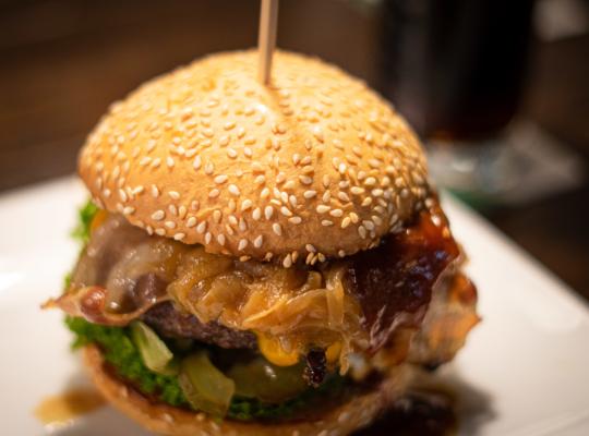 Cheeseburger mit geschmorrten Zwiebeln in Sesam Hamburger Brötchen