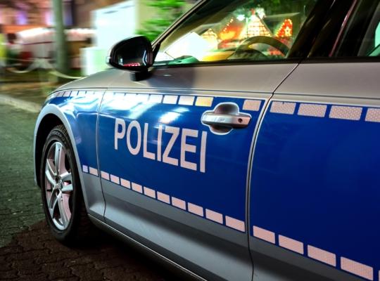 Polizeiauto mit blau weißem Schriftzug