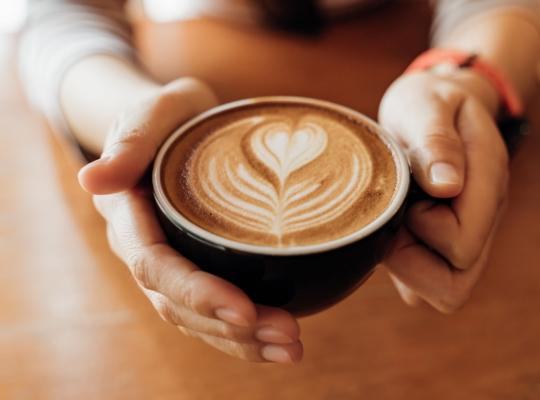 Eine Tasse Kaffee mit einer Milchverzierung