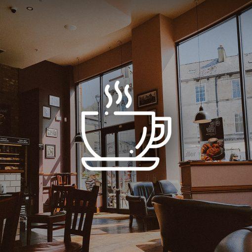 Café mit Stühlen Sonnenlicht