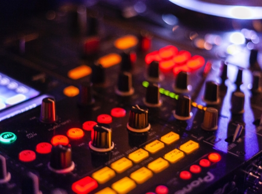 Foto eines DJ-Controller mit vielen bunten Knöpfen und Drehreglern