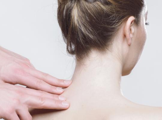 Frau bekommt eine manuelle Behandlung am Nacken