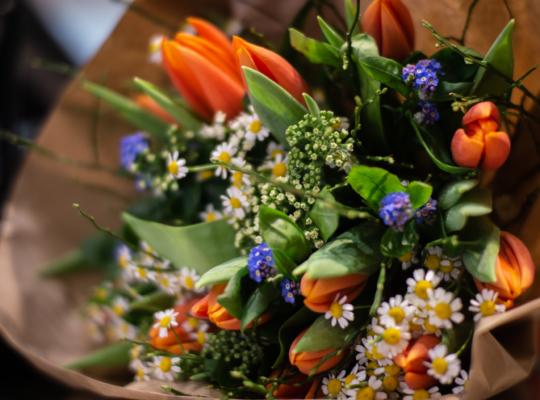 Bunter Blumenstrai eingewickelt in Papier