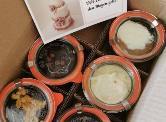 Kuchen im Glas von ARTCakebyAline im Pappkarton bereit zum Ausliefern