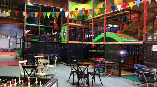 eine Halle mit Spielgeräten für Kinder